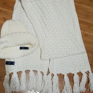 Gap of white wool scarf and hat